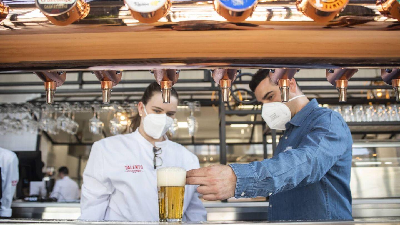 Los maestros cerveceros comparten espacio, experiencia y conocimiento con los jóvenes de Talento Cruzcampo. (Cortesía)