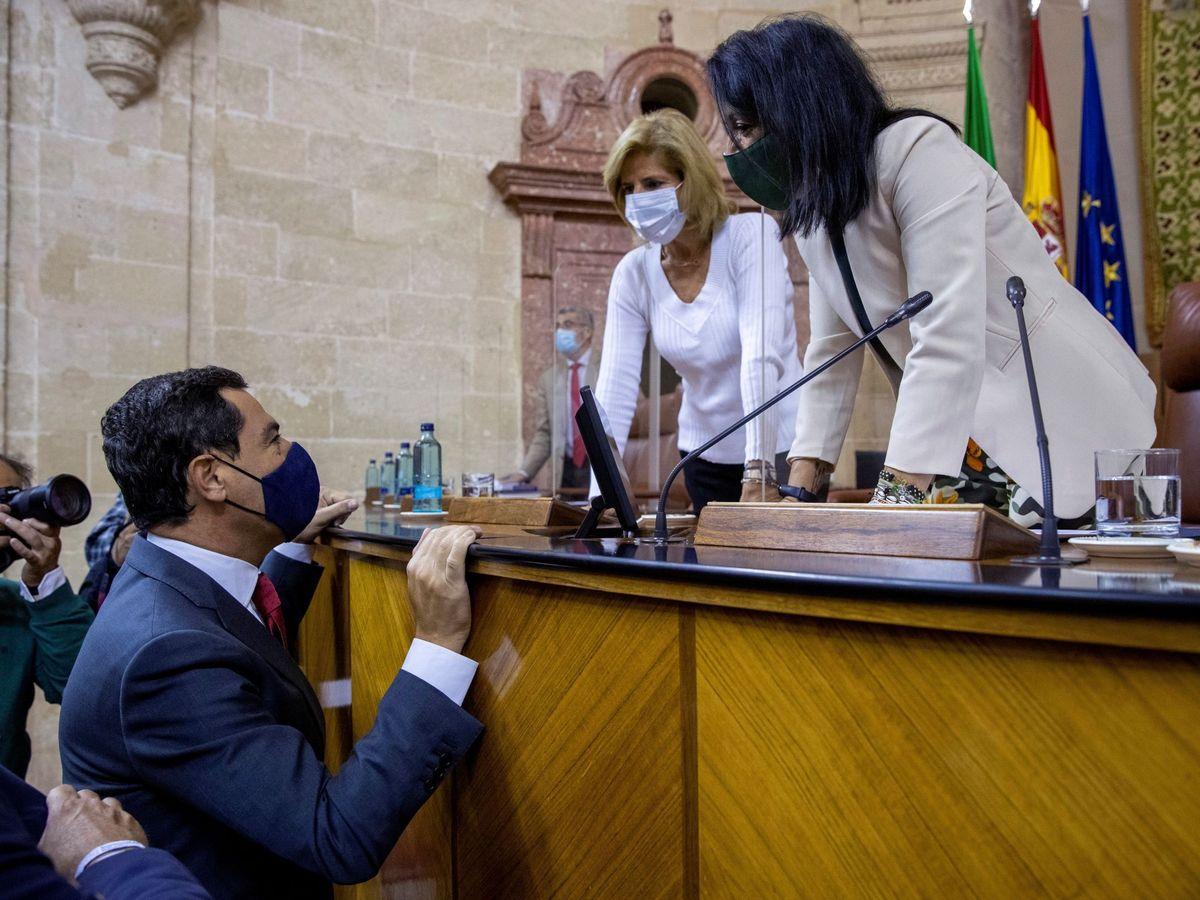 Foto: La presidenta del Parlamento de Andalucía, Marta Bosquet (d), conversa con el presidente de la Junta, Juanma Moreno. (EFE)