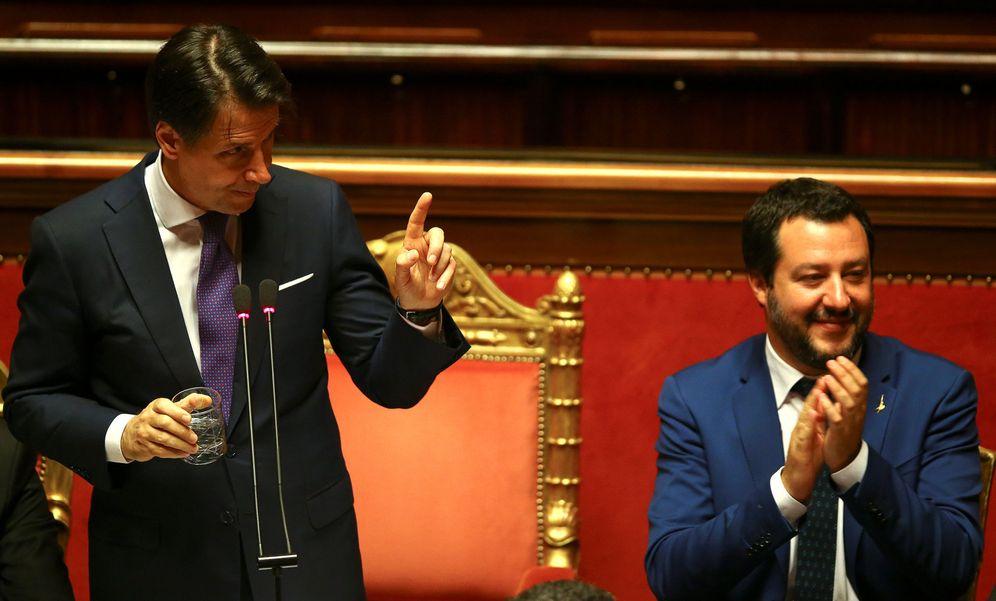 Foto: Giuseppe Conte gesticula junto al ministro del Interior italiano, Matteo Salvini, durante una sesión del Senado en Roma. (Reuters)