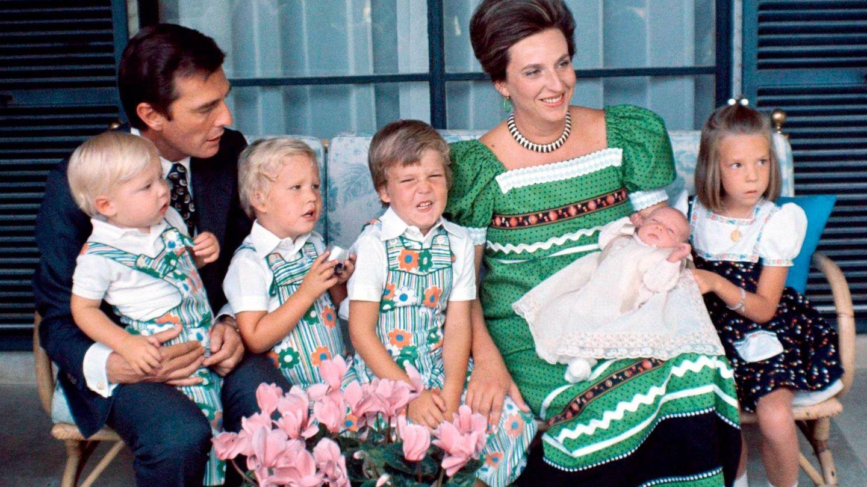La infanta Pilar y Luis Gómez-Acebo, con sus cinco hijos. (Getty)