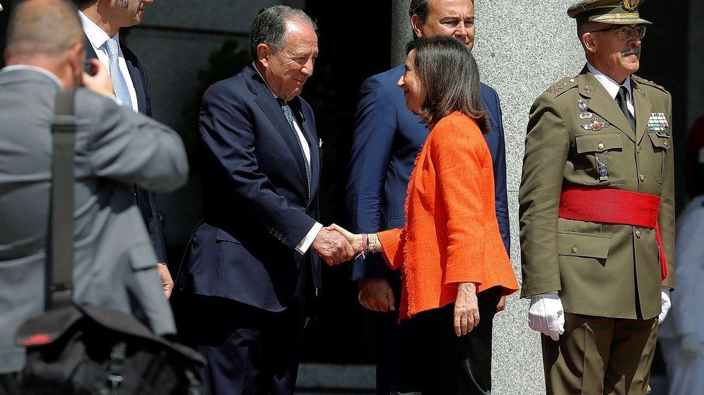 Foto: La ministra de Defensa Margarita Robles, saluda al Director del CNI Félix Sanz Roldán. (EFE)