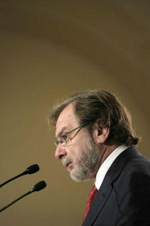 Cebrián arremete contra los diarios digitales mientras las ventas de 'El País' se desploman