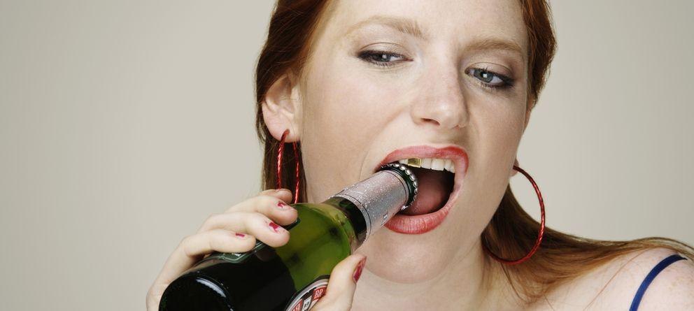 Foto: Hay otras formas para abrir la cerveza que hacerlo con los dientes. (Corbis)