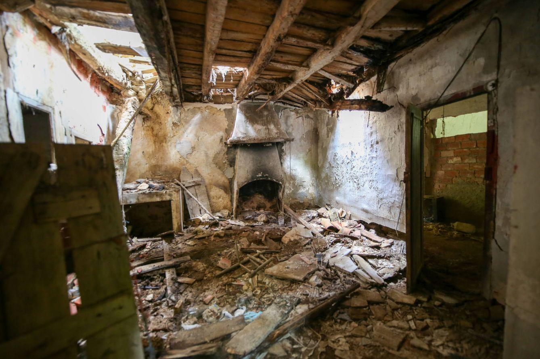 Techo desplomado en el antiguo monasterio. (D.B.)