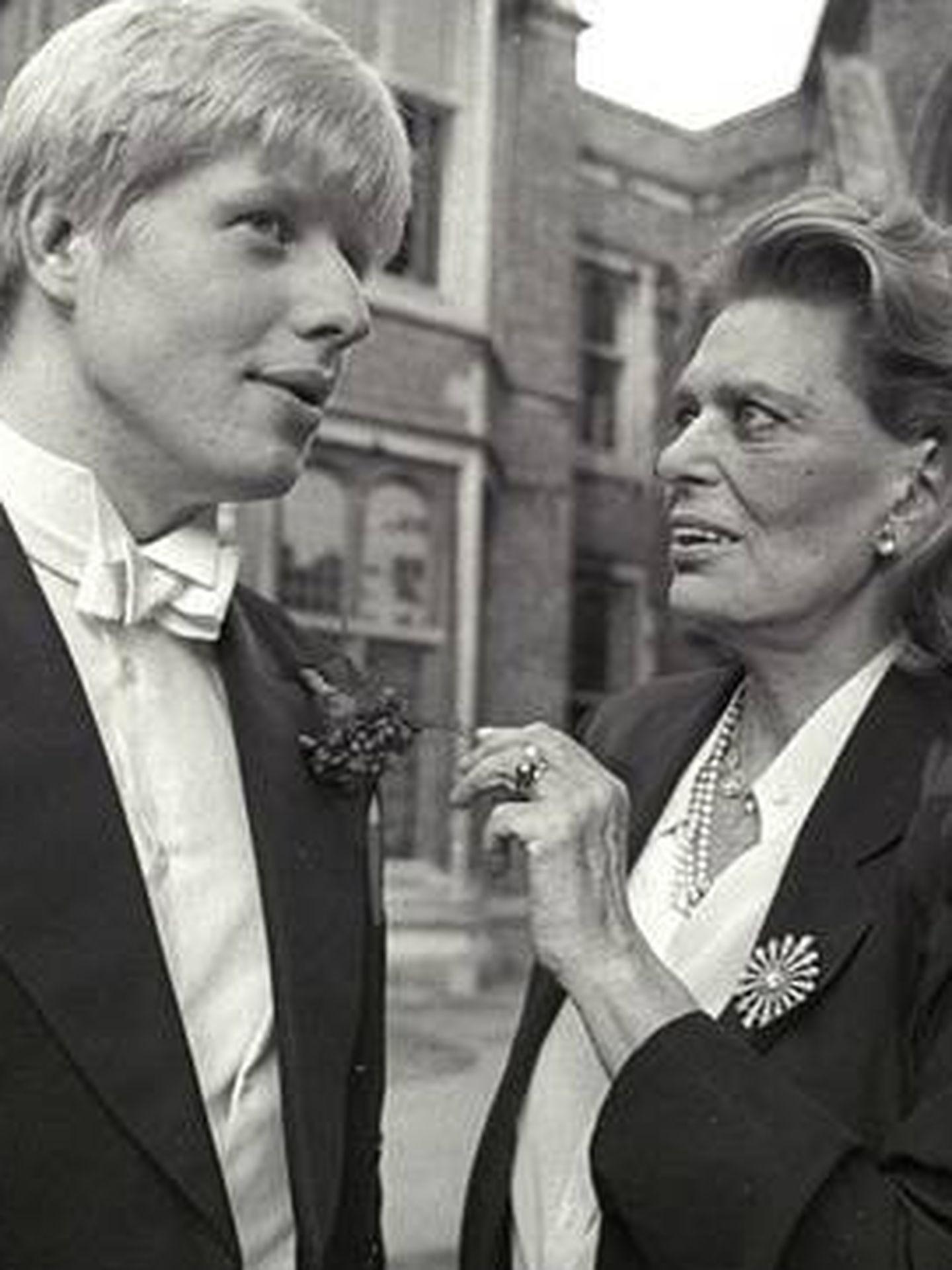 Visita de la combativa ministra griega de Cultura Melina Mercouris a Reino Unido en 1983 tras su reunión con un joven Boris Johnson