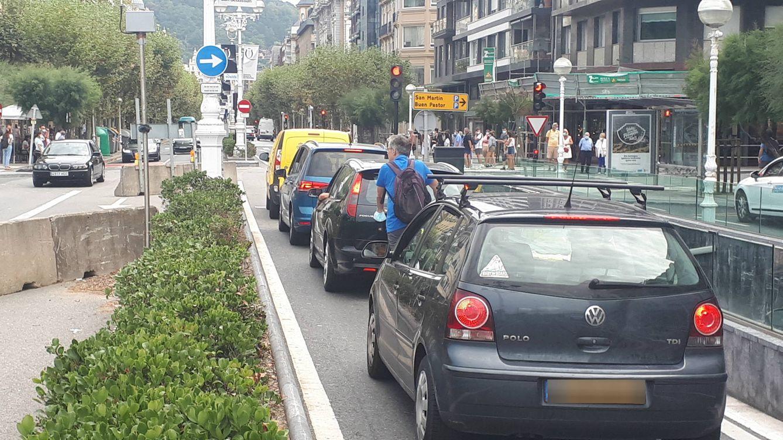 Foto: Coches parados en el semáforo de la controvertida intersección de San Sebastián, con la señal de girar a la derecha en una farola en la vía izquierda y otra de prohibido circular un poco más adelante. (J. M. A.)