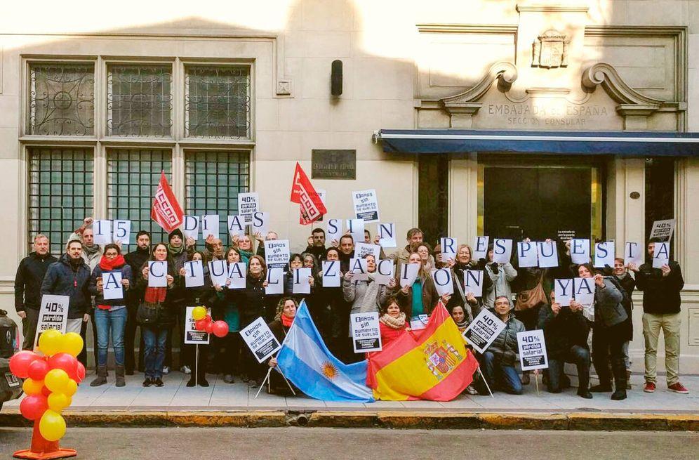 Foto: Trabajadores de la Embajada y el Consulado de España en Argentina durante una protesta. (Facebook)