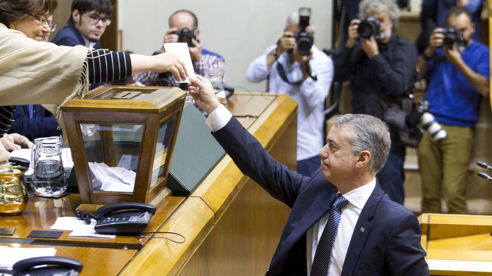 Foto: El lehendakari, Iñigo Urkullu, vota durante la elección de la nueva mesa. (Efe)
