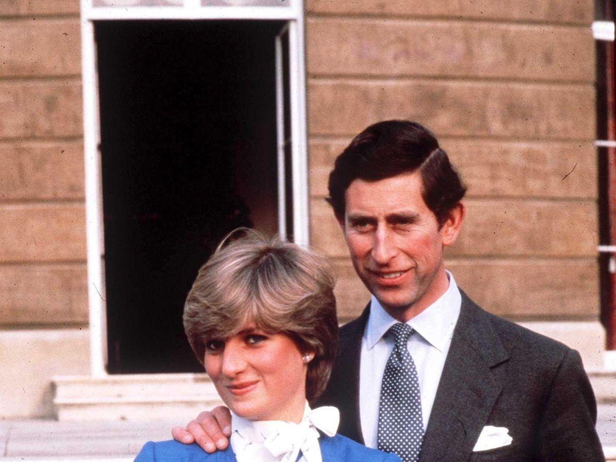 Foto: El príncipe Carlos de Inglaterra junto a Diana de Gales el día de su compromiso matrimonial. (Cordon Press)
