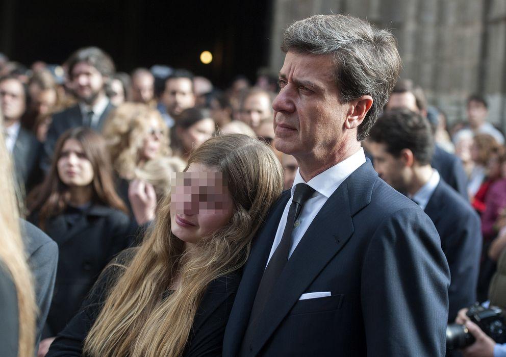 Foto: Cayetano Martínez de Irujo y su hija Amina el viernes, durante el entierro de la duquesa de Alba en Sevilla (Gtres)