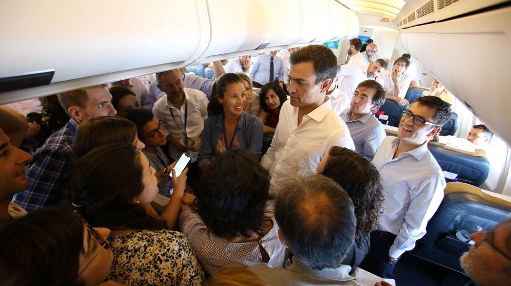 Foto: Sánchez charla en el Airbus presidencial con los periodistas del viaje a América Latina. Presidencia deberá informar del coste y los acompañantes del viaje. (EFE)