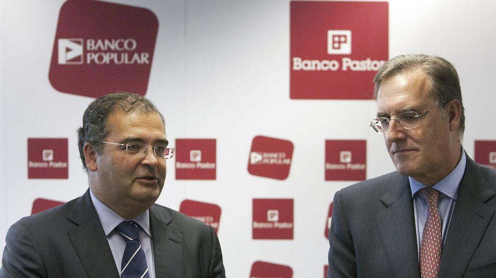 Foto: Los presidentes en 2011 de Popular, Ángel Ron (i), y de Pastor, José María Arias, firman la fusión. (EFE)