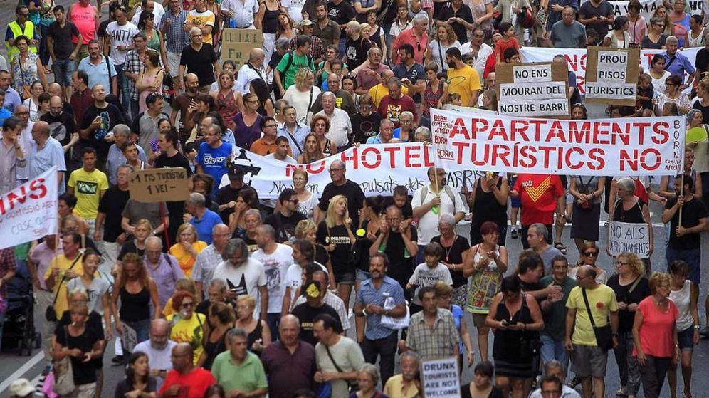 Foto: Manifestación contra los apartamentos turísticos en Barcelona. (EFE)