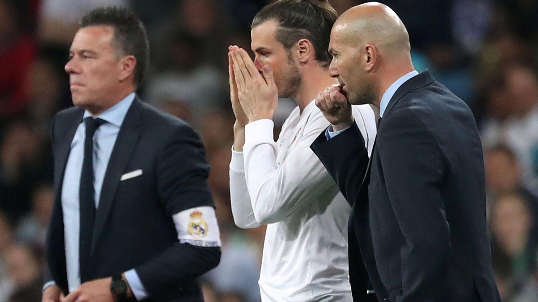 Zidane da instrucciones a Bale antes de que el galés entre al campo en el Real Madrid-Athletic Club de este miércoles. (Reuters)
