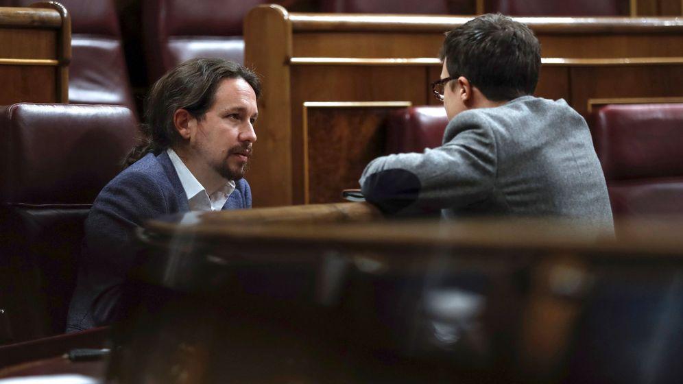 Foto: El líder de Podemos, Pablo Iglesias, conversa con el diputado de la misma formación, Íñigo Errejón, al término de una sesión plenaria en el Congreso. (EFE)