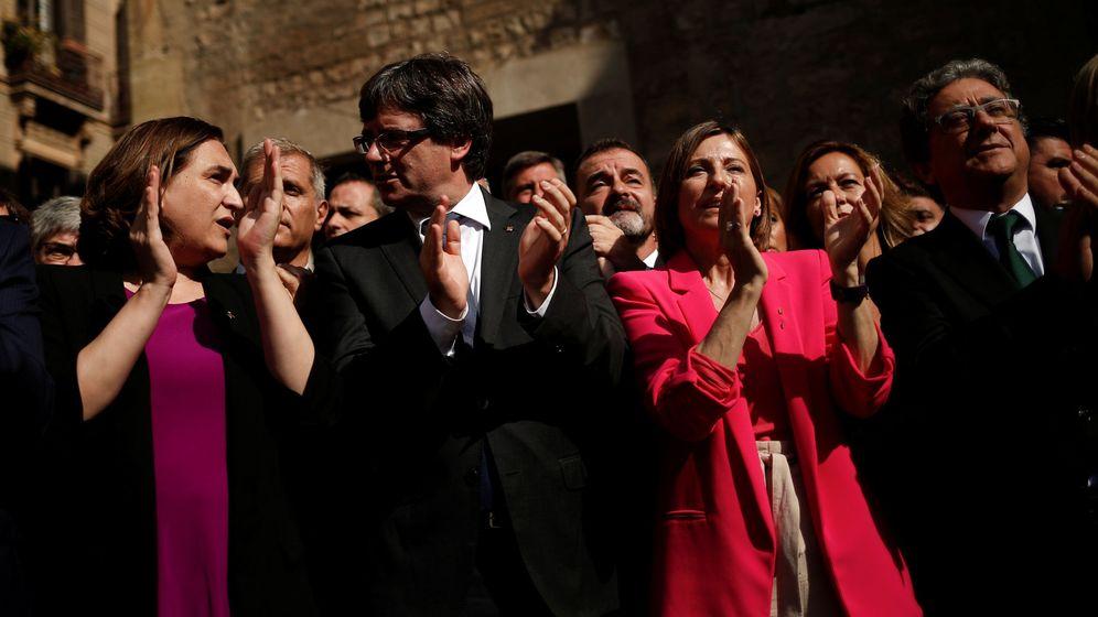 Foto: La alcaldesa de Barcelona junto a Puigdemont, Forcadell y Enric Millo. (REUTERS)