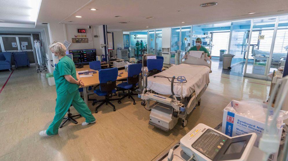 Foto: Enfermeros y médicos de la Unidad de Cuidados Intensivos (UCI) del Hospital Morales Meseguer de Murcia, en abril (EFE)