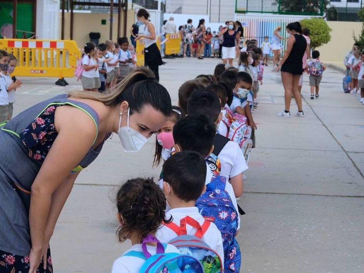 Foto: Varios niños hacen cola para entrar en un colegio en Fuerteventura. (EFE)