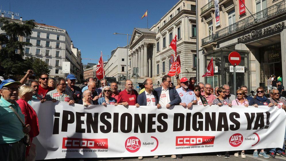 Foto: Manifestación de pensionistas frente al Congreso de los Diputados. (EFE)