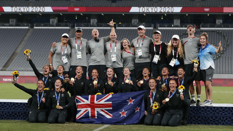 Las medallistas celebran su presea en Tokio. (EFE)