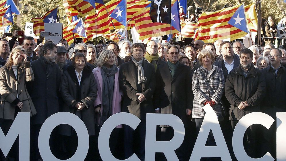 Foto: Puigdemont y el Govern acompañan a Mas (4d), Ortega (4i) y Rigau (3d) hasta el TSJC. (EFE)