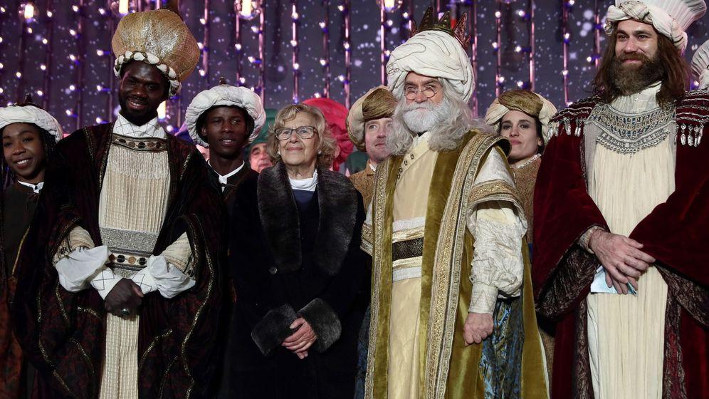 Foto: Los tres Reyes Magos, Melchor, Gaspar y Baltasar, y la alcaldesa de Madrid las pasadas navidades. (EFE)