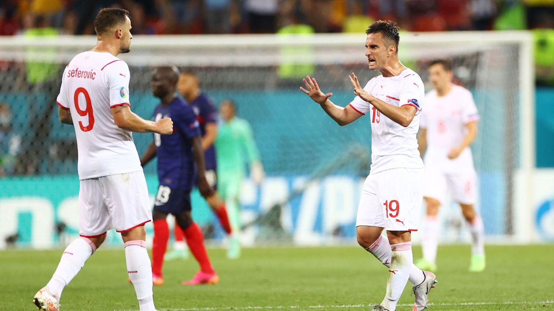Los jugadores suizos celebran el empate. (Reuters)