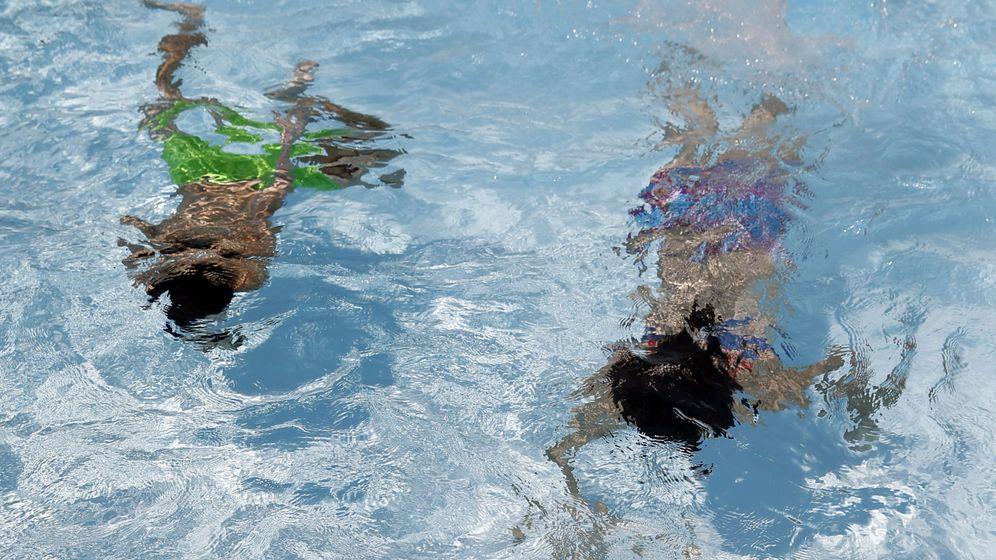 Foto: Unos niños juega en la piscina. (EFE)