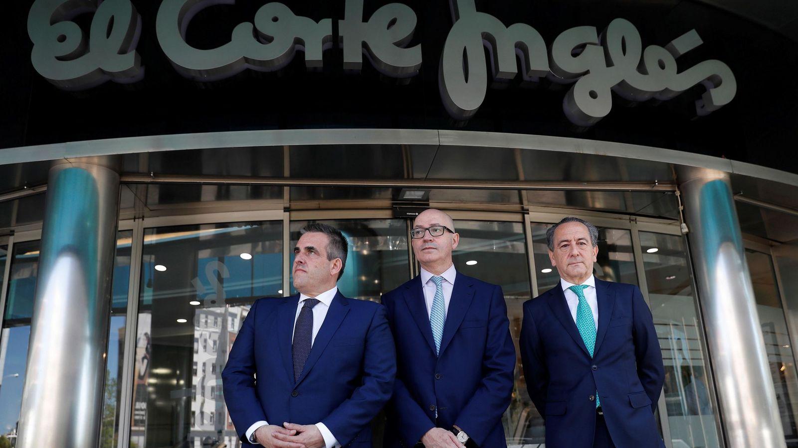 Foto: El nuevo presidente de El Corte Inglés, Jesús Nuño de la Rosa (c), junto al consejero delegado, Víctor del Pozo (i), y el directivo Arsenio de la Vega (d)