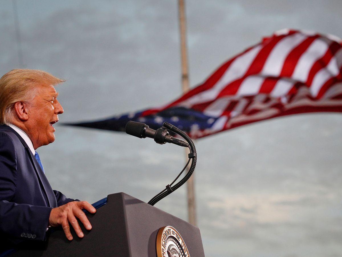Foto: Donald Trump frente a una bandera de Estados Unidos. (Reuters)