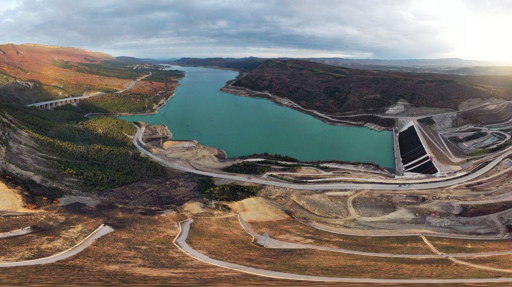 Foto: Estado de las obras de recrecimiento del pantano de Yesa el pasado mes de diciembre, que casi triplicará su capacidad actual. (EFE)