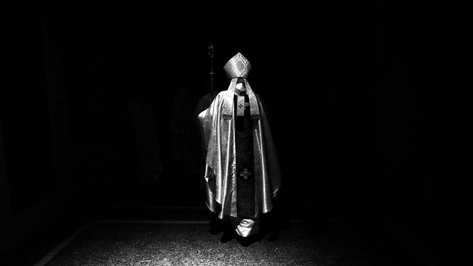 Foto: Un cardenal de la Iglesia católica se retira de la misa que acaba de oficiar. (EFE)
