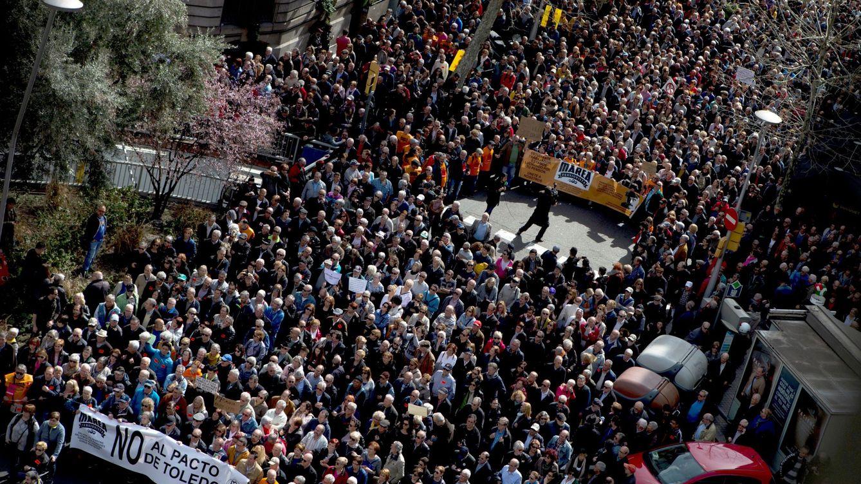 Foto: Manifestación contra la subida del 0,25% de las pensiones en Barcelona. (EFE)