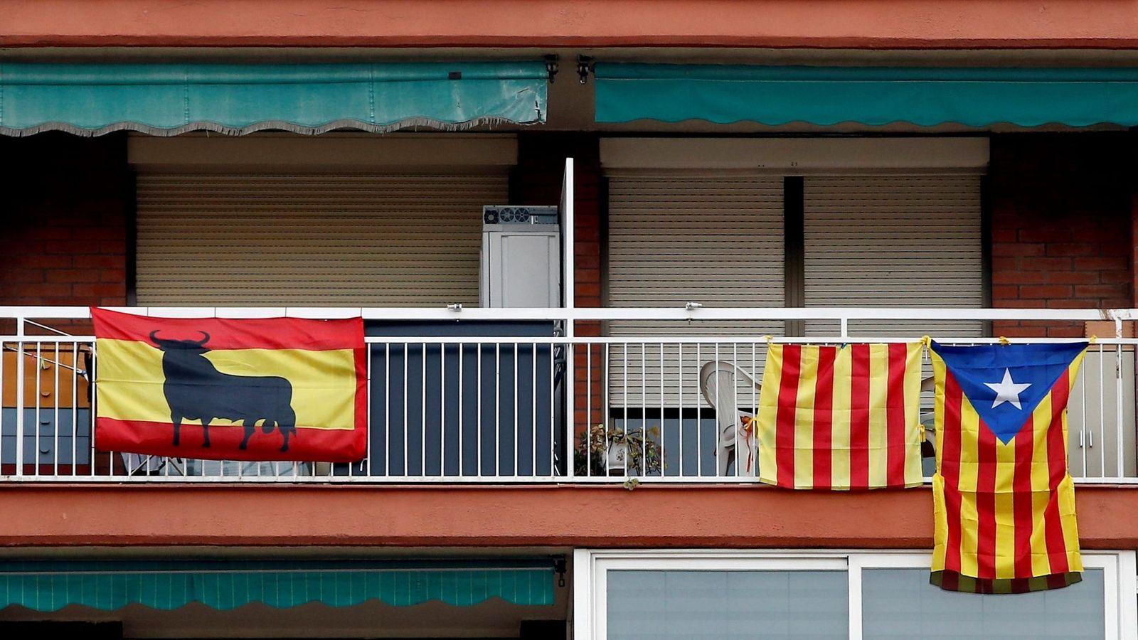 Foto: Banderas españolas, señeras e independentistas cuelgan de los balcones. (EFE)