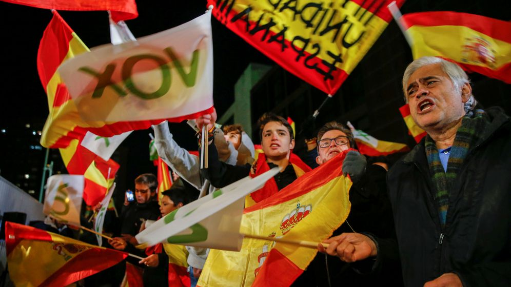 Foto: Seguidores de Vox, en la sede de Madrid. (Reuters)