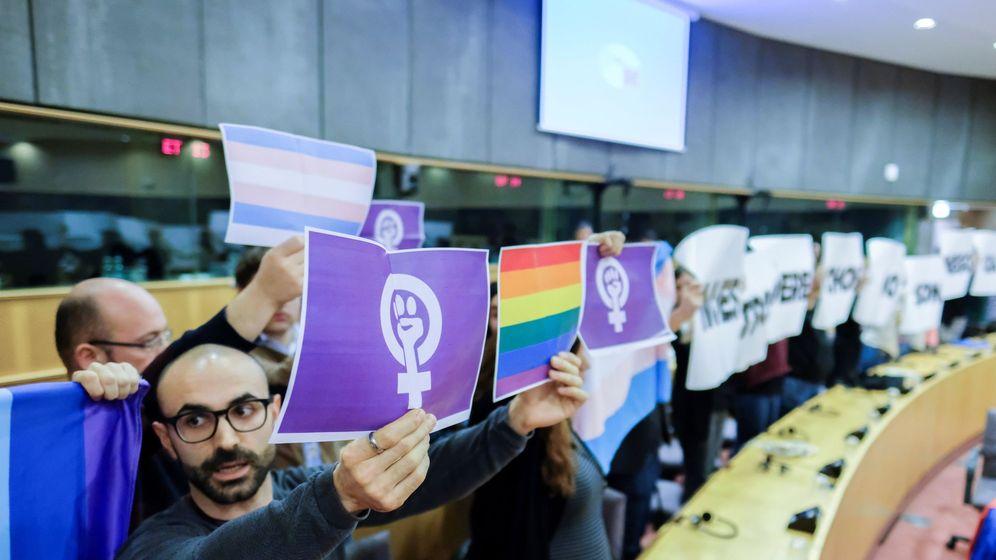 Foto: Protesta en Parlamento Europeo por la conferencia de VOX. (EFE)