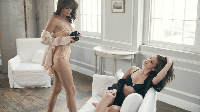 Helena Christensen fotografía a Barbara Lavin. (Victoria's Secret)