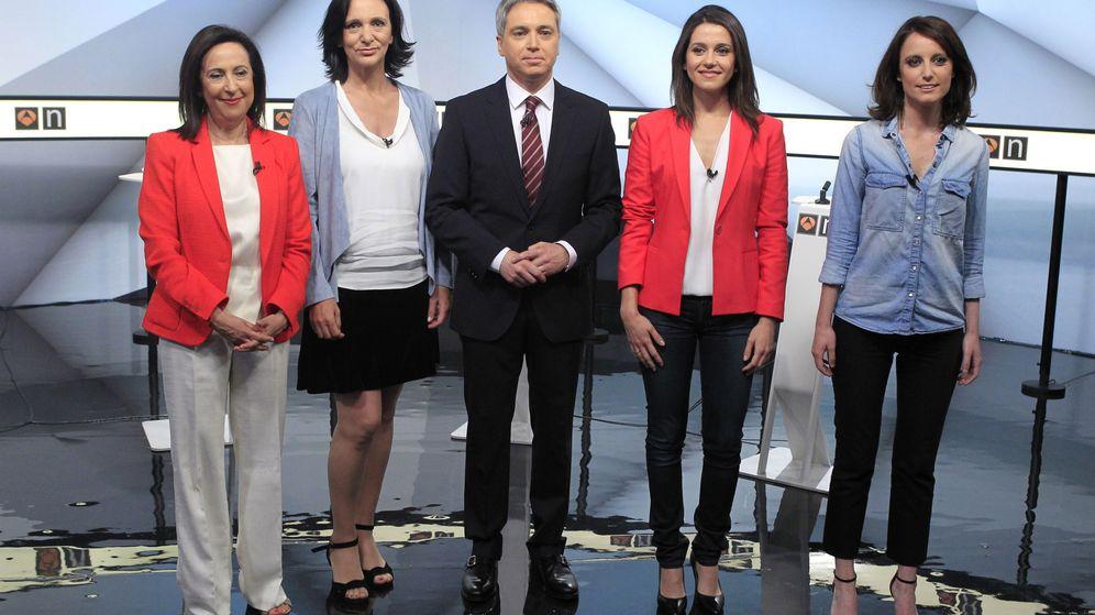 Foto:  El periodista Vicente Vallés, con Margarita Robles (PSOE), Carolina Bescansa (Unidos Podemos), Inés Arrimadas (Ciudadanos) y Andrea Levy (PP). (EFE)