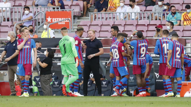 Koeman da instrucciones a sus jugadores. (Reuters)