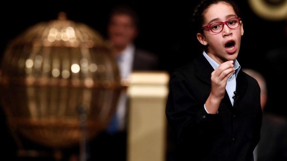 Foto: Noura Akrouh canta el tercer premio. (EFE)