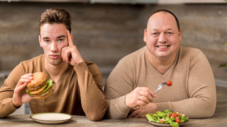 Foto: ¿El sobrepeso del señor de la derecha se debe a que come ensalada? (iStock)