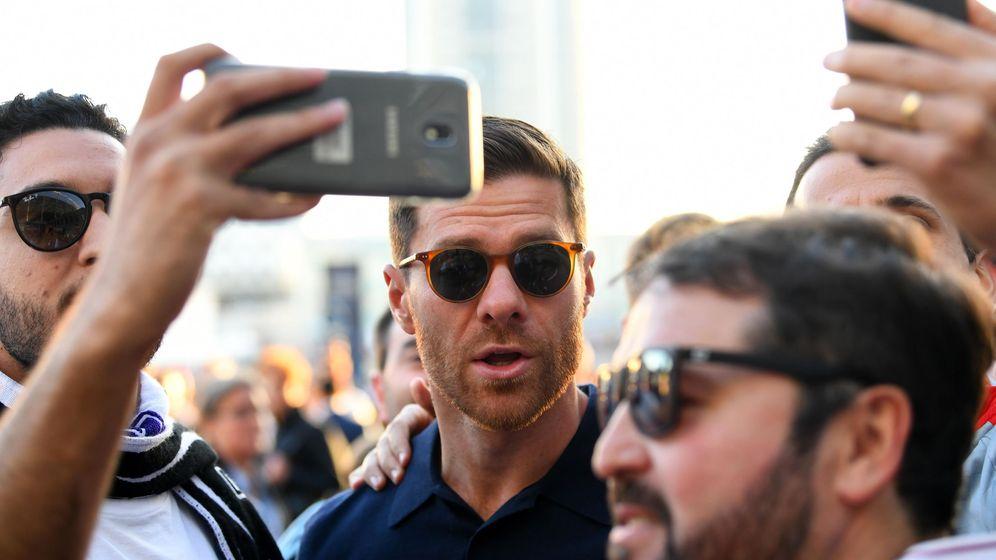 Foto: Xabi Alonso, rodeado de hinchas del Madrid antes de la final de Champions de 2018. (EFE)
