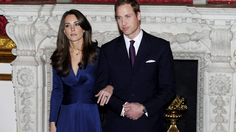 Kate Middleton y el príncipe Guillermo, tras el anuncio de su compromiso matrimonial en noviembre de 2010. (Reuters)