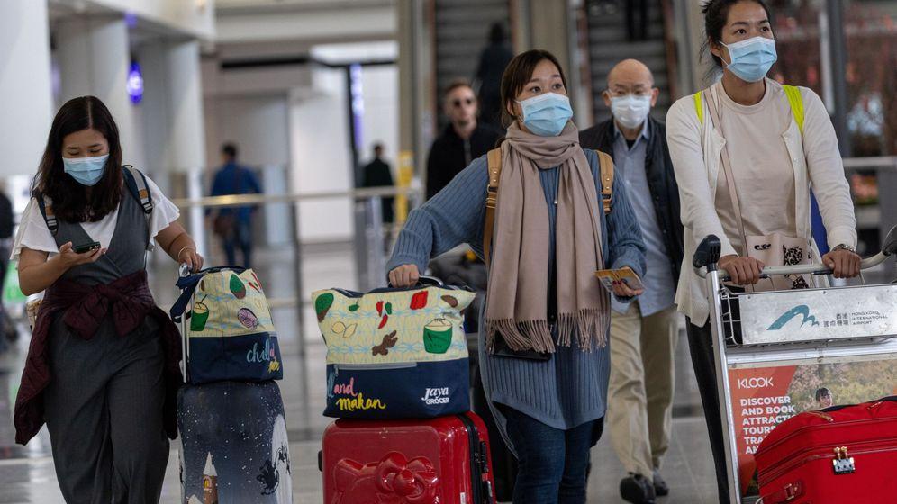 Foto: Un grupo de pasajeros chinos llegan al aeropuerto de Hong Kong. (EFE)