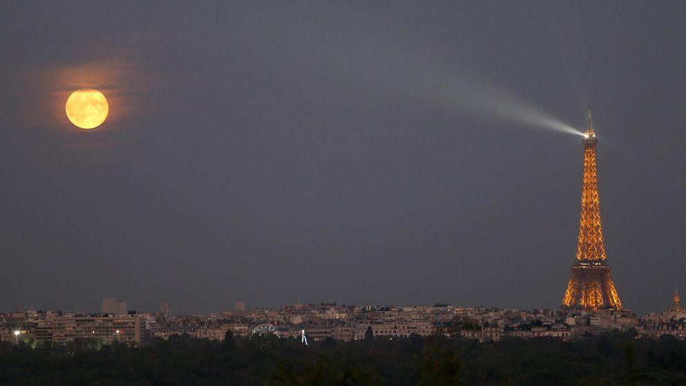 Multas por compartir en redes una foto nocturna de la Torre Eiffel
