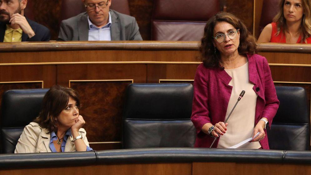 Foto: La ministra de Hacienda, María Jesús Montero (d), durante su intervención en el pleno del Congreso. (EFE)