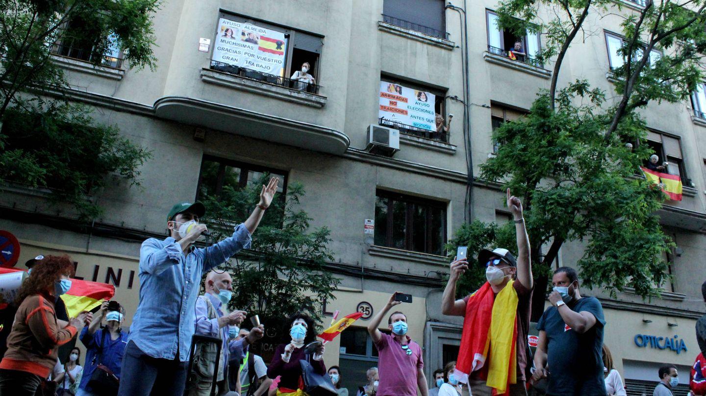 Los manifestantes, frente a la sede del PSOE. (B. Tena)