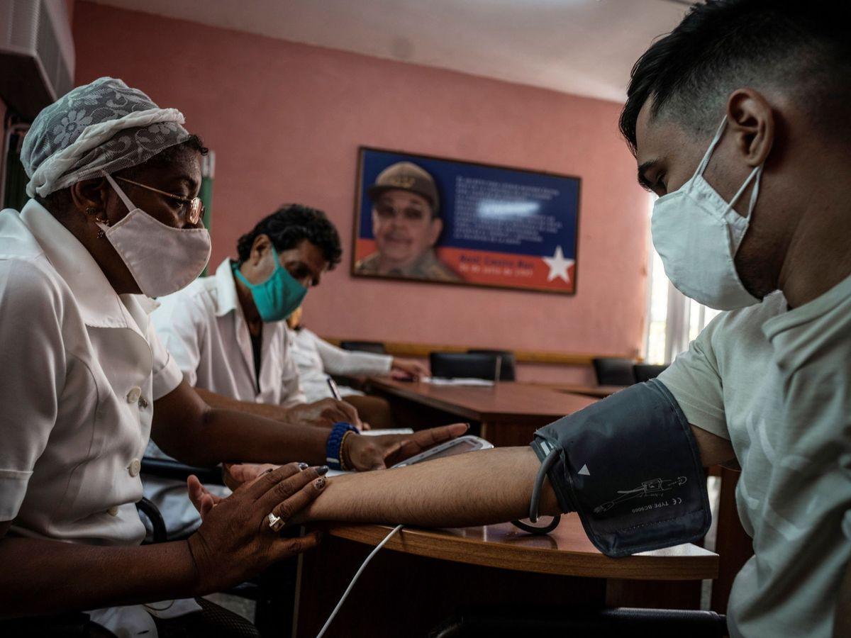 Foto: Ensayo clínico de una de las vacunas cubanas. (Reuters)