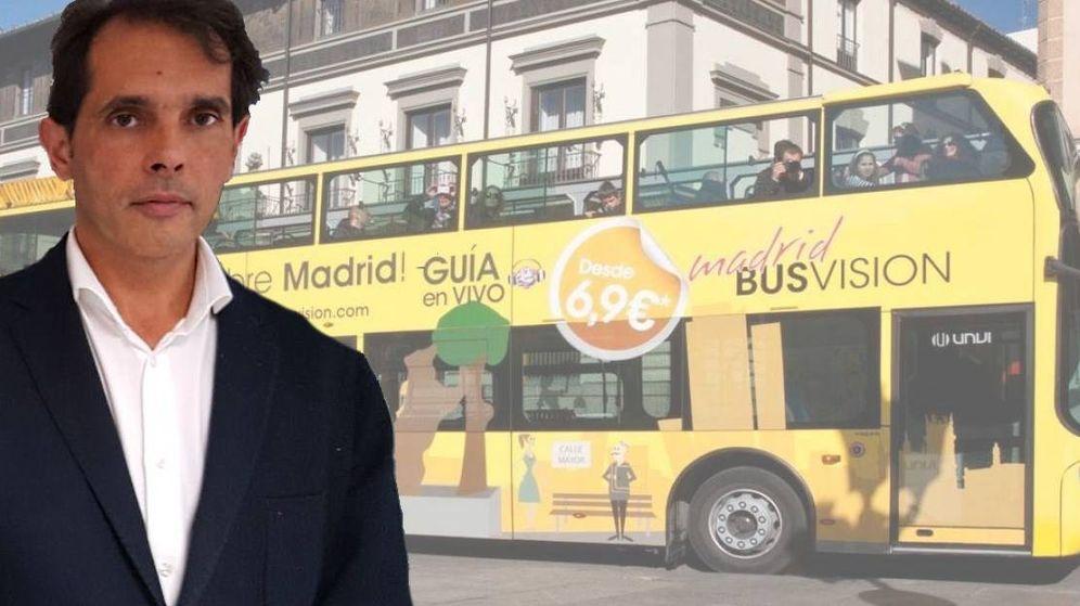 Foto: Rafael Jiménez Dorado, junto a su autobús turístico. (EC)