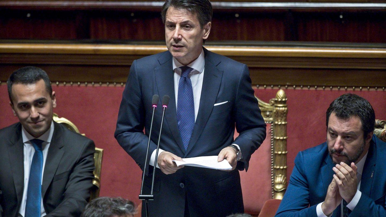Giuseppe Conte (c), acompañado por el ministro de Interior, Matteo Salvini (dcha), y del responsable de Trabajo, Luigi Di Maio, ante el Senado en Roma. (EFE)